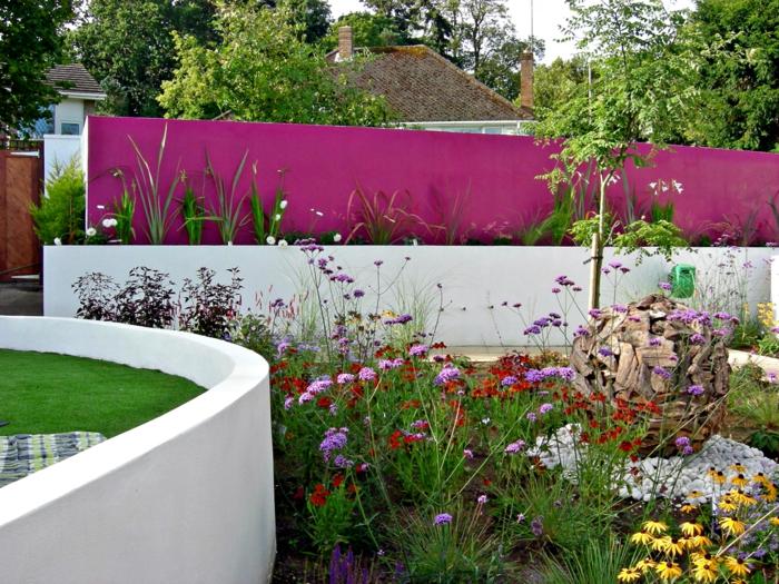 bunte Blumen, Kies, rosa Sichtschutz, Hochbeete mit Blumen, ein niedriges Baum, Gartengestaltung Ideen