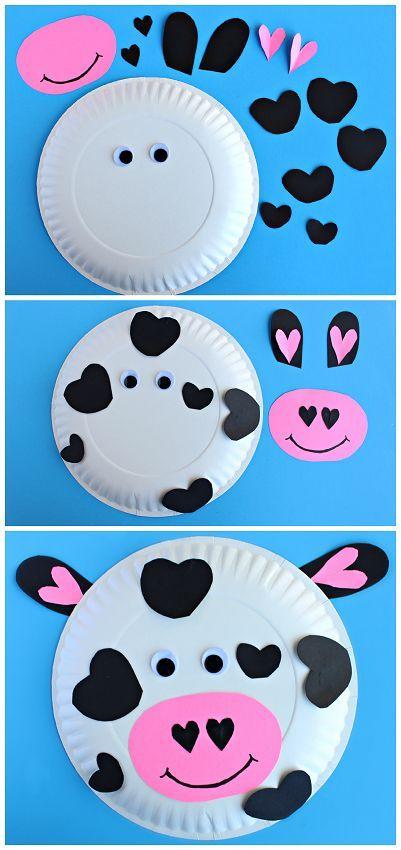 Basteln Kindergeburtstag, blauer Hintergrund, weißer Teller als Kuh gestalten, schwarze Papierstücke aufkleben und rosarote Mund, Augen und Ohren aufkleben