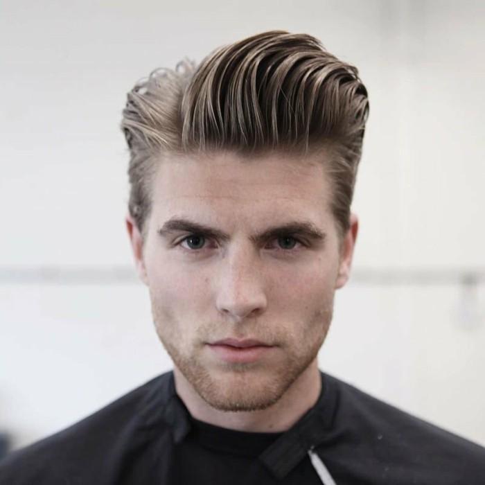 buzz cut ideen, blonder mann mit cool gestyltem haar, haare nach oben kämmern, mann beim frisör, neuer stil schaffen