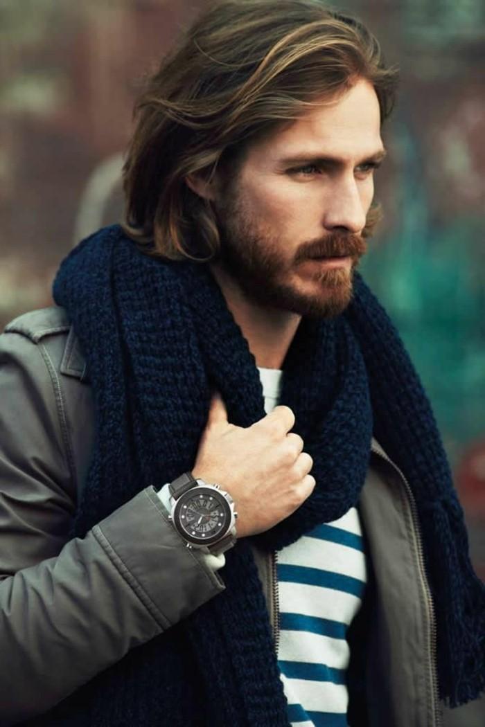 herren frisuren, stil idee für einen mann mit langen haaren, lässiger sportlich eleganter stil, schal, jacke, pullover und einen coolen armbanduhr, mann mit strähnen in den haaren, mustache und bart