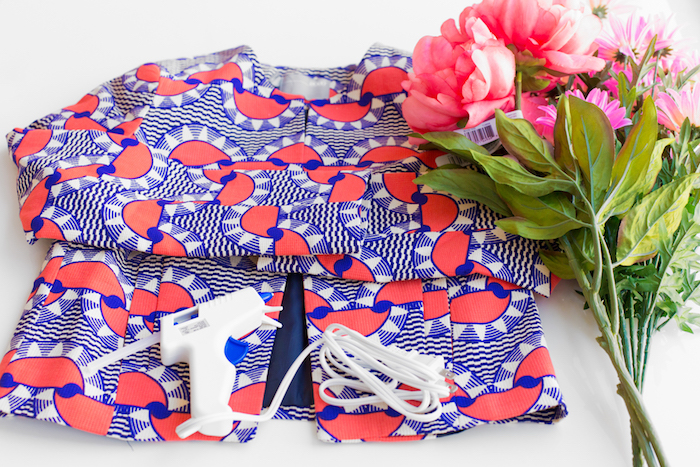 Buntes Top, Heißklebepistole und Strauß aus künstlichen Blumen, Materialien für DIY Blumenjacke