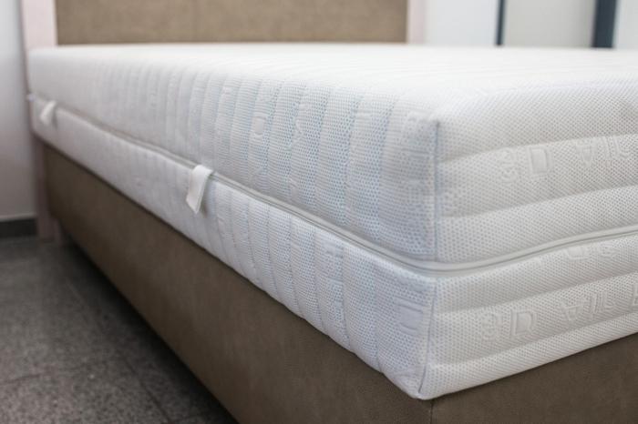 eine Matratze aus der Firma Gaetano Di Napoli mit einem weißen Matratzenbezug
