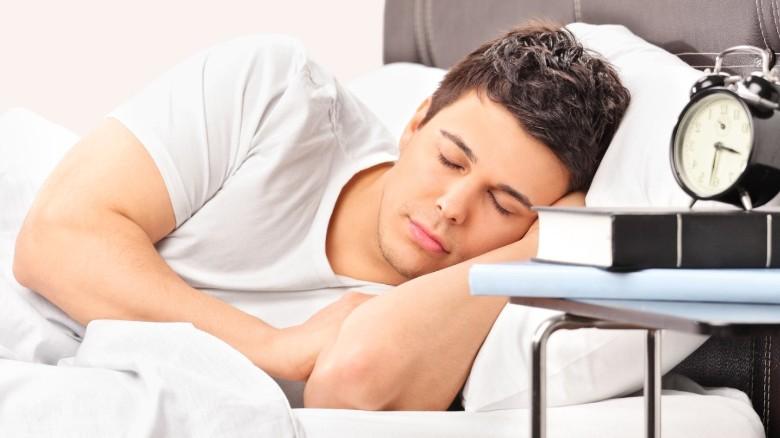 ein Mann schläft bequem auf einer bequemer Matratze
