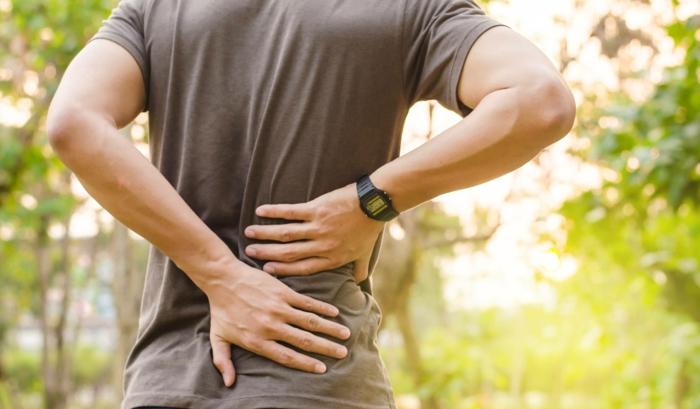 da die Matratze unbequem war, leidet der Mann beim Joggen unter Rückenschmerzen