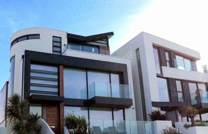 ein Miethaus, Neubau, Landhausstil, viele Glaswände, Balkons, Palmen in Blumentöpfe, Mietrecht