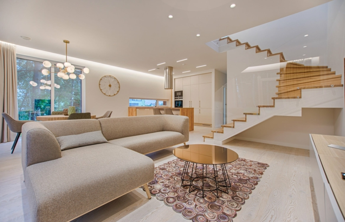 ein Wohnzimmer mit beigen Ecksofa, ein Lampenschirm und Deckenleuchte, Mietrecht