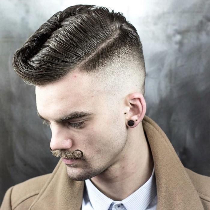 amerikanischer Stufenschnitt von einem Gentleman, Dandy oder Hipster, Mustache und schöne Frisur pflegen, Mann mit trendy Outfit und Look