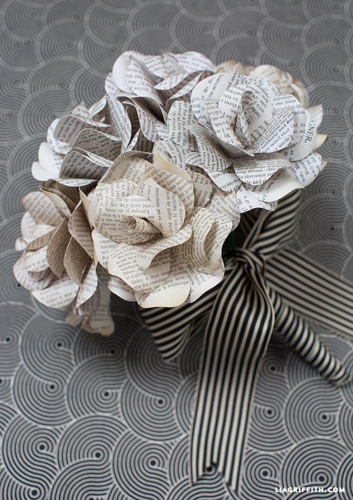 Rosenstrauß aus Zeitungspapier mit gestreiftem Band, schönes DIY Geschenk für Mutter oder Freundin