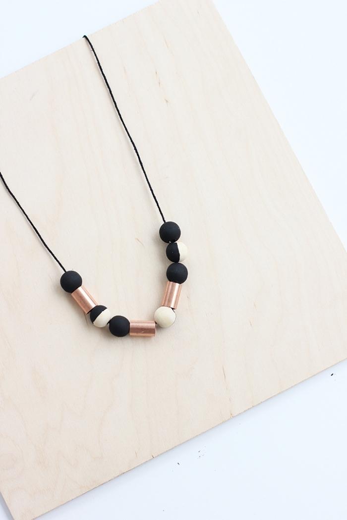 muttertagsgeschenk basteln, halskette selber machen, schwarze holzperlen, metallene elemente