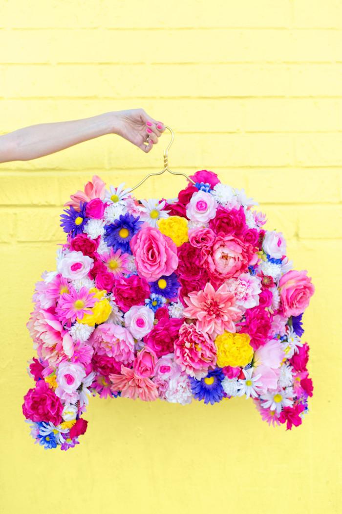 Kreatives Geschenk zum Muttertag, Jacke aus bunten künstlichen Blumen selber machen