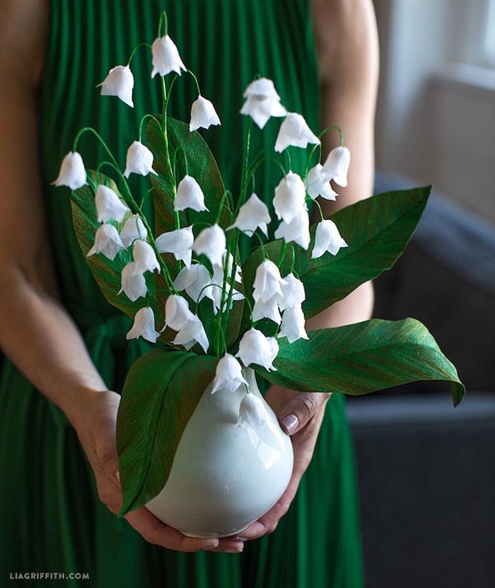 Handgemachte Maiglöckchen aus Papier in weißer Porzellanvase, Blumen die nie verwelken