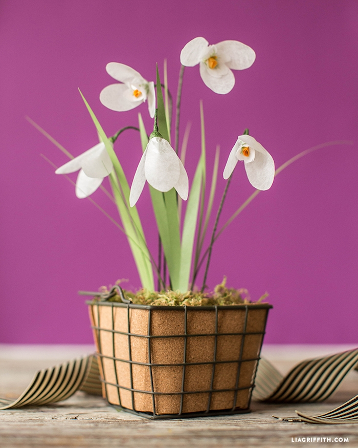 Handgemachte Schneeglöckchen aus Papier in Blumentopf, Frühlingsdeko für Zuhause selber machen