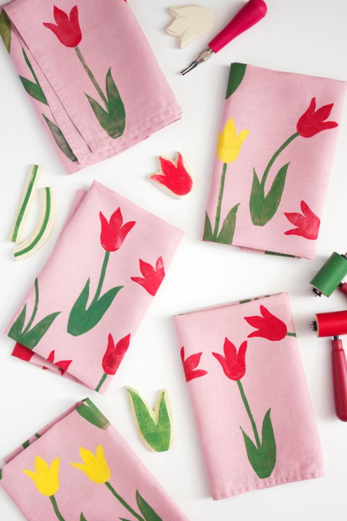 muttertagsgeschenk selbstgemacht, stoffservietten mit rosa und gelben blumen, stoff stempeln