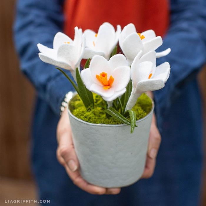 Weiße Krokusse aus Filz in Blumentopf, schöne Ideen für handgemachte Frühlingsdekoration