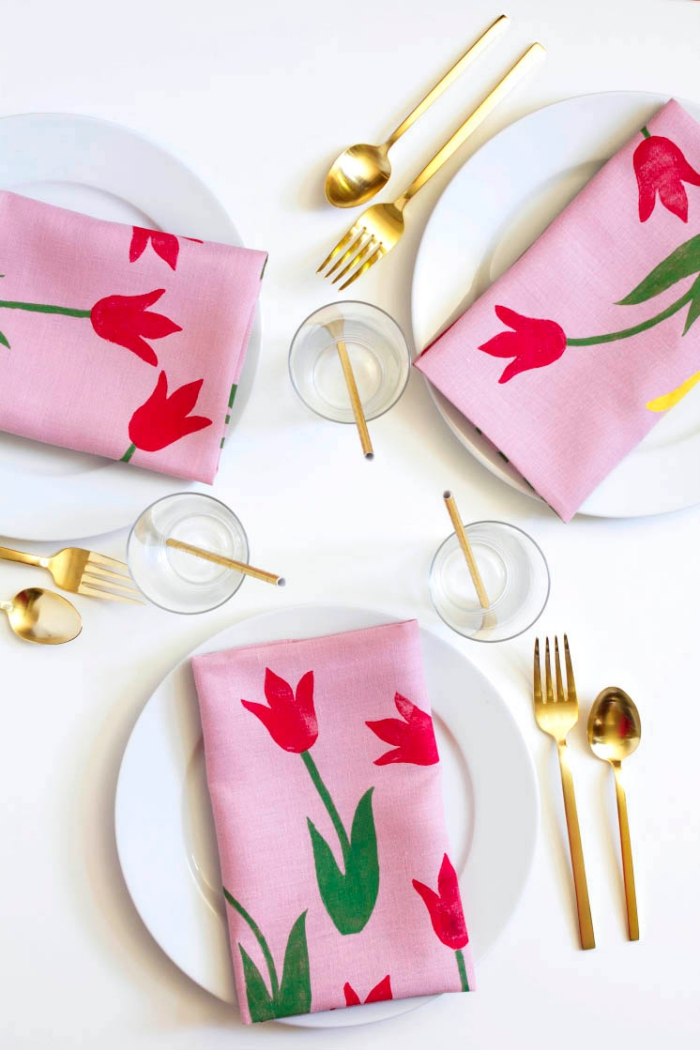 muttertagsgeschenk basteln, goldenes geschirr, tisch dekorieren, rosa servietten mit tulpen