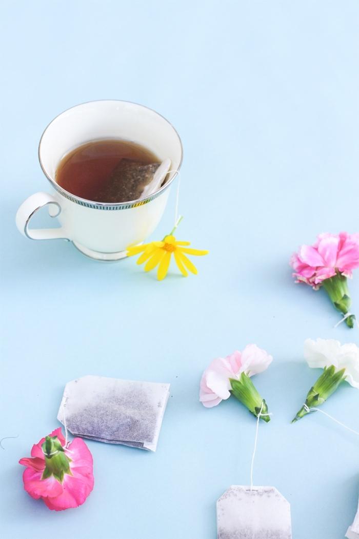 tasse mit tee, teebeutel dekoriert mit blüte, muttertagsgeschenke diy, geschenk für mutti