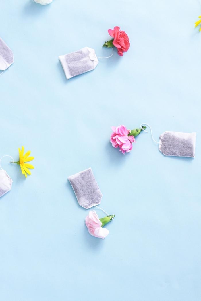 bunte blüten, muttertagsgeschenke diy, teebeugel dekoriert mit blumen, einfach