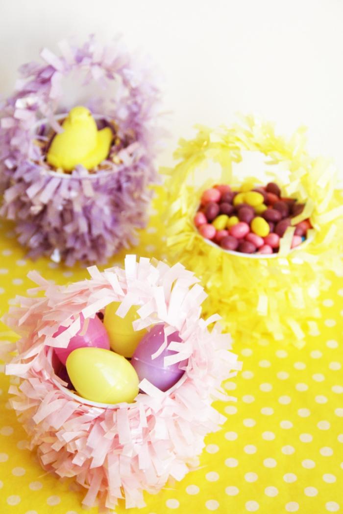 osterkörbchen basteln aus plastikbecher und papier, bunte eier, streifen