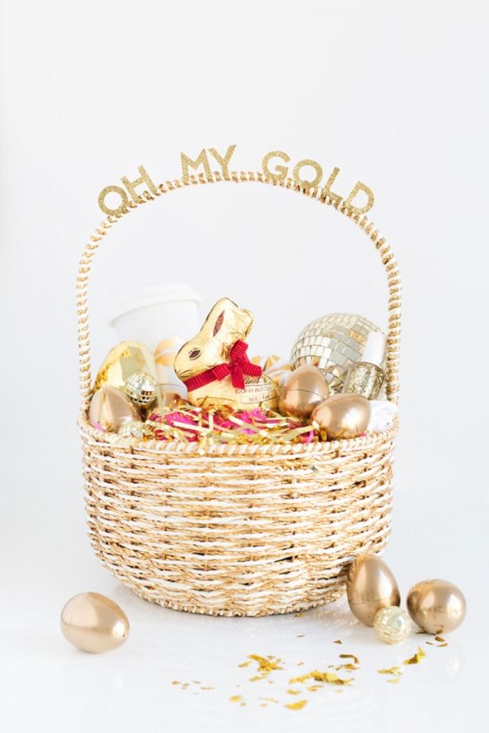 osterkörbchen basteln einfach und schnell, goldener korb gefüllt mit süßigkeiten