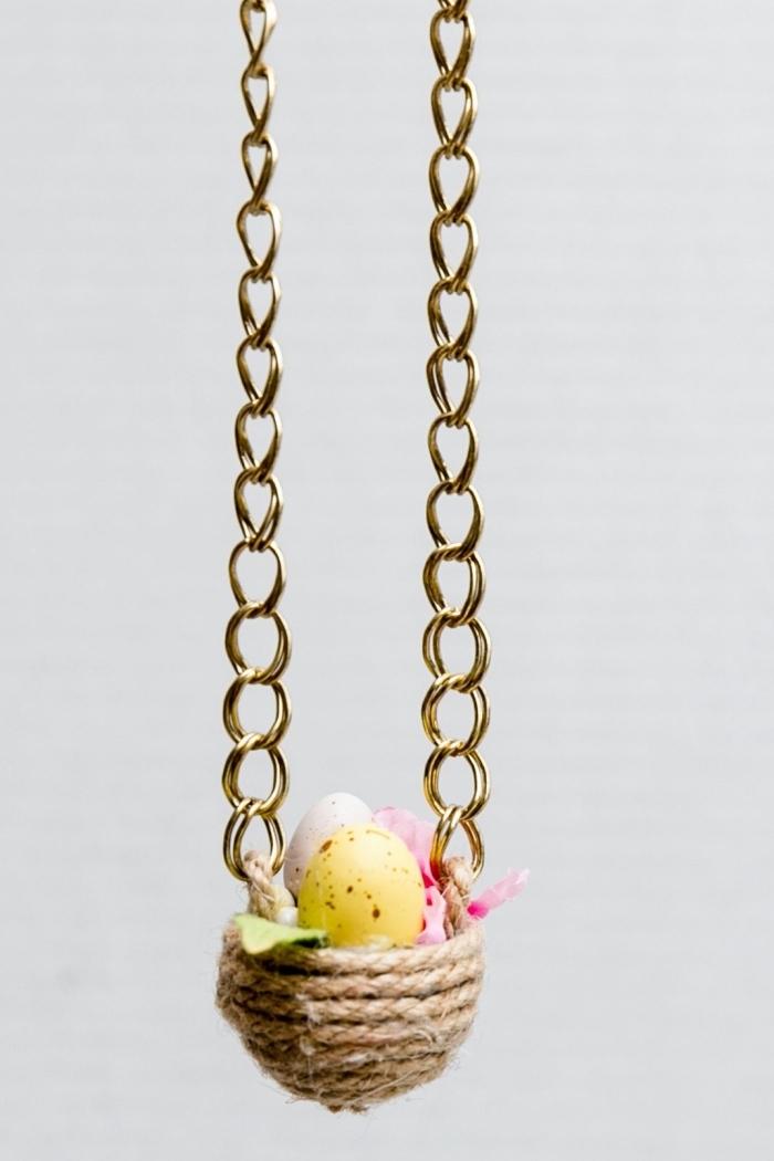 osterkörbchen basteln, kleine eier, höngendes körbchen aus seil, goldene ketten