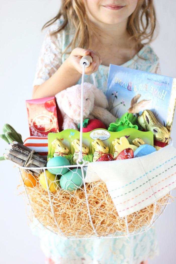 kleines mädchen, diy ideen zum ostern, osterkörbchen basteln mit kindern, hasen aus schokolade