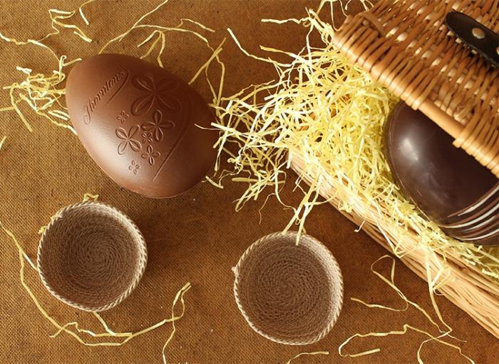 osterkörbchen basteln mit kindern, großes ei aus schokolade, körbe aus seil, kunststoh