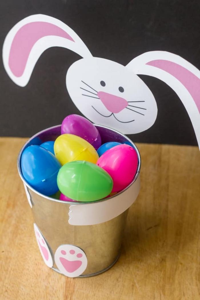 bunte eier aus kusntastoff, eimer aus metall, ostern basteln, hase aus weißem papier