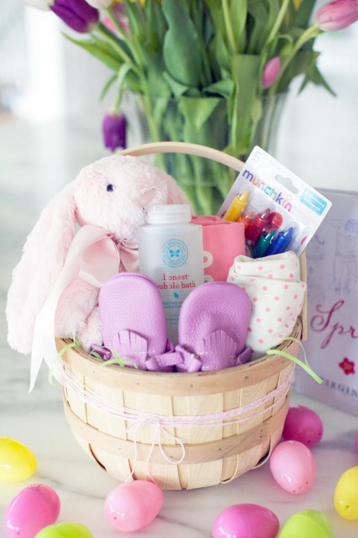 ostern basteln, krb gefüllt mit geschenken, rosa hase, bunte eier aus kunststoff
