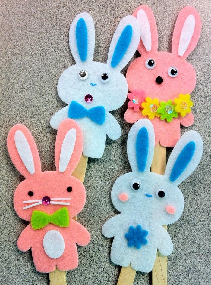 Bastelideen Kinder, Hasen in verschiedenen Farben gestalten, rosarote Hase, blaue Hase, Blumenkranz, Blumenkette, schöne DIY Ideen