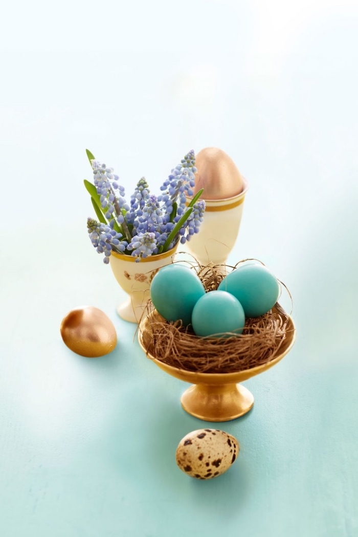 osternest basteln vorlage, goldenes gestell, kleine lila blumen, eier färben, tischdeko