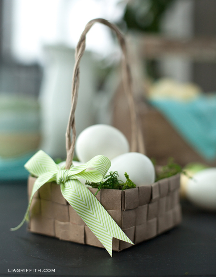 eckiger korb aus papier, osternest basteln, grüne schleife, weiße eier, ostern basteln
