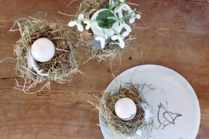 runder weißer teller, osternest basteln vorlage, tisch dekorieren, kleine neste
