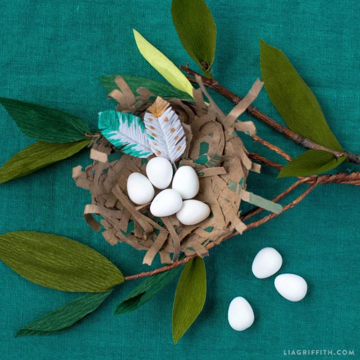 osternest basteln vorlage, weziige mit blättrn aus krepppapier, kleine eier, pappmache nest