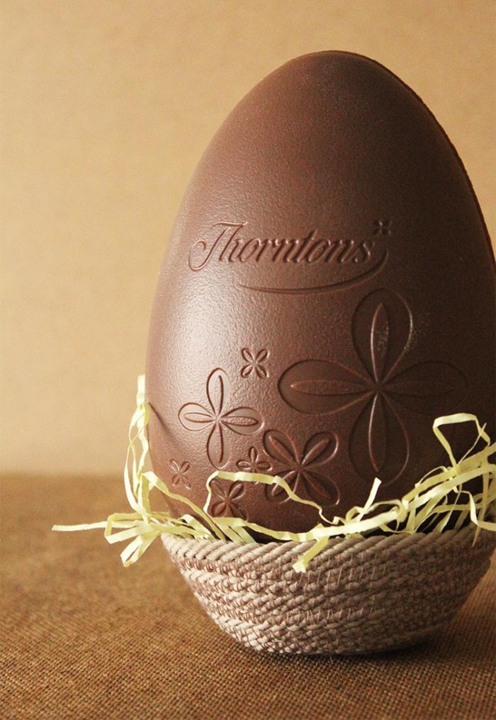 osternest selber basteln aus seil, großes ei aus schokolade, selbtgemachtes körbchen
