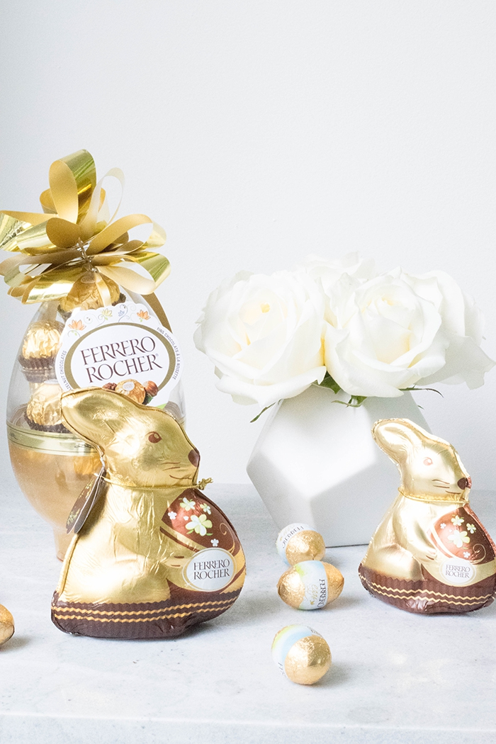 osternest selber basteln, hase aus schokoalde, ei gefüllt mit bonbons, geometrische vase, weiße rosen