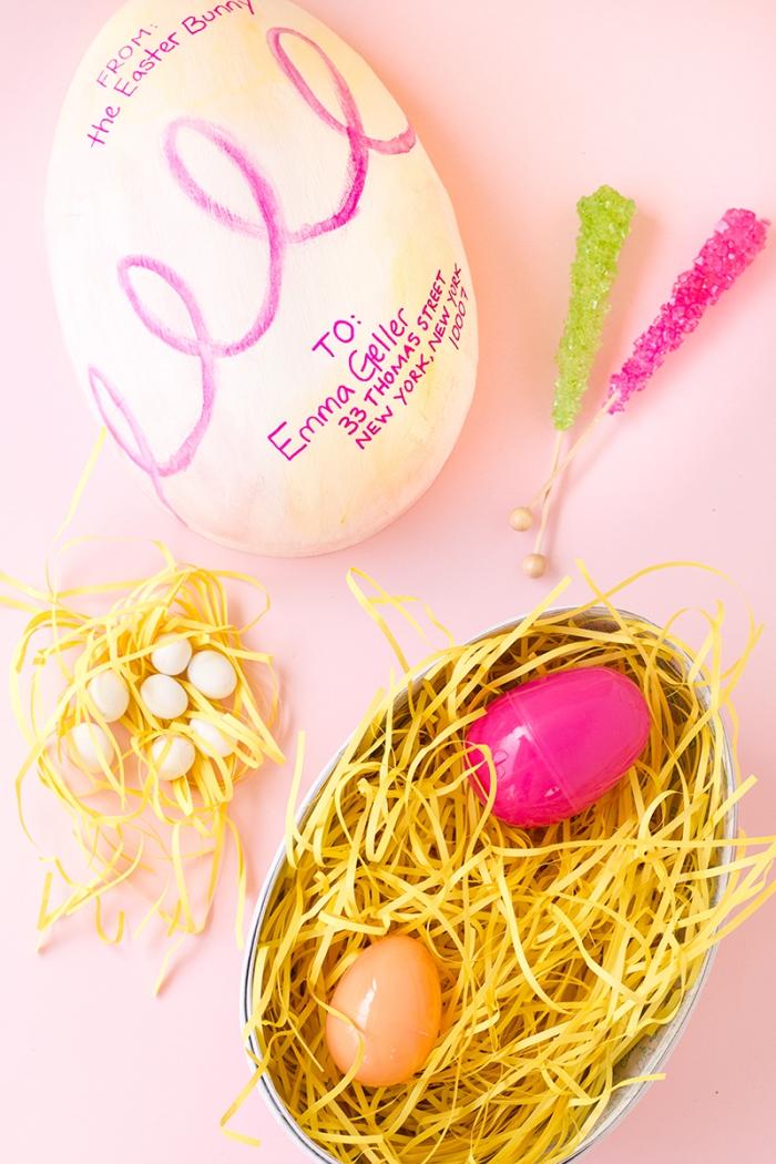 osternest selber basteln, gelbes papier, bunte eier aus kunststoff, osterdeko machen
