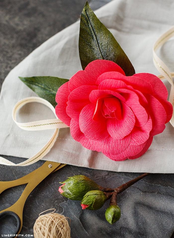 Rote Rose aus Krepppapier selber machen, Blumen basteln, DIY Ideen für Erwachsene