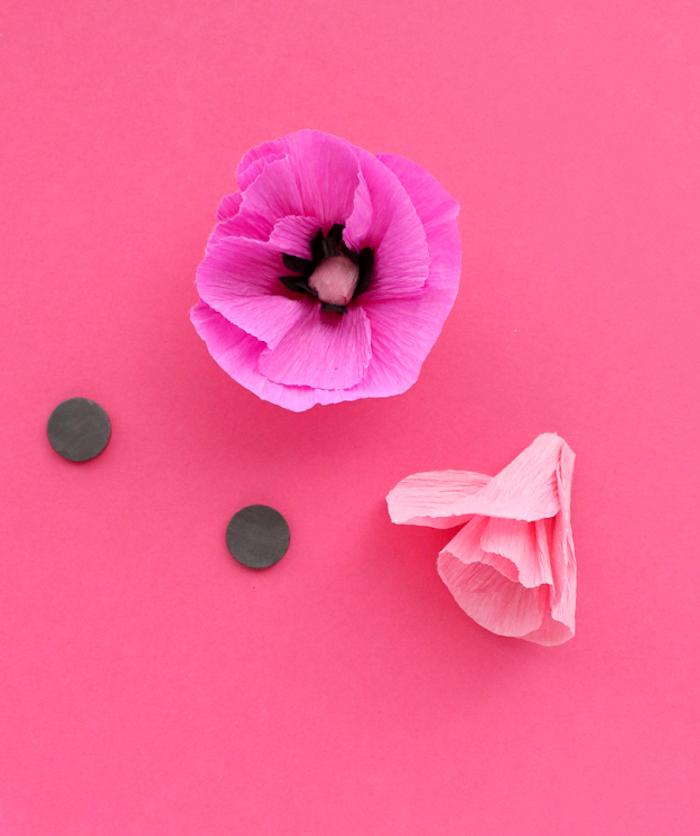 Schöne selbstgemachte Blumen aus Krepppapier, rosa und violett, Blüten basteln