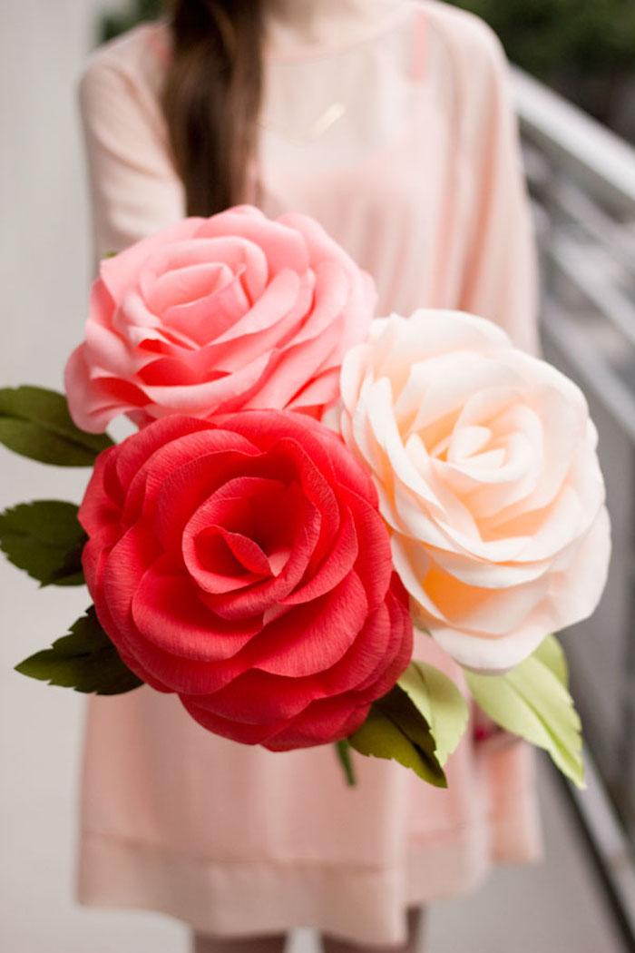 Drei riesige Rosen aus Krepppapier, rote rosa und weiße Papierrose, schönes DIY Geschenk
