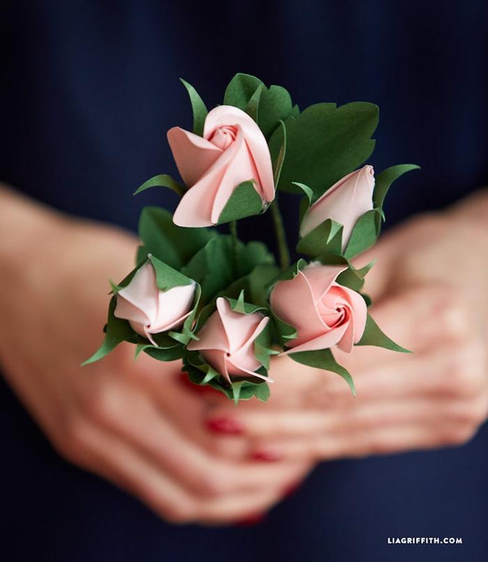 Kleiner Strauß aus Papierrosen, Geschenkidee zum Muttertag zum Selbermachen