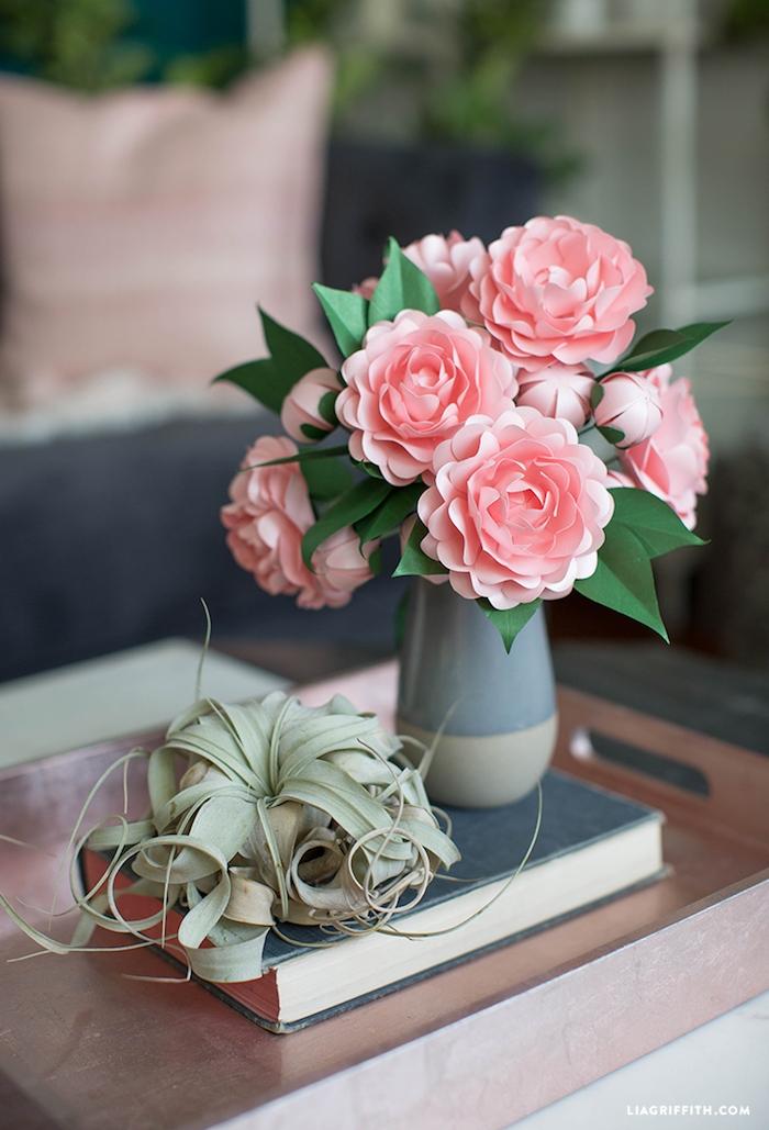 Rosafarbene Pfingstrosen aus Papier in grauer Vase, DIY Deko Ideen für Erwachsene