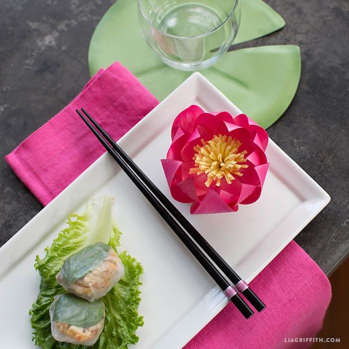 Rosafarbene Wasserlilie aus Papier handgemacht, Teller anrichten und dekorieren