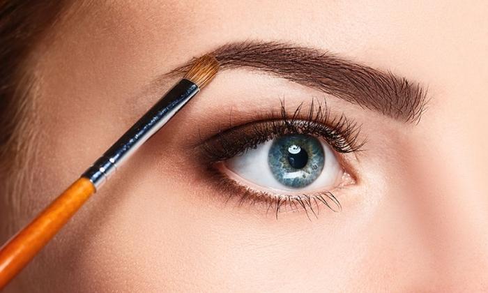 perfekte augenbrauen schminken, blaue auge, orangenfarbene schminkepinsel, frauenauge