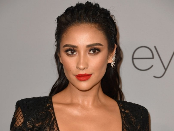 perfekte augenbrauen schminken, roter lippenift, schwarze haare, kleid mit spitze, abend make up