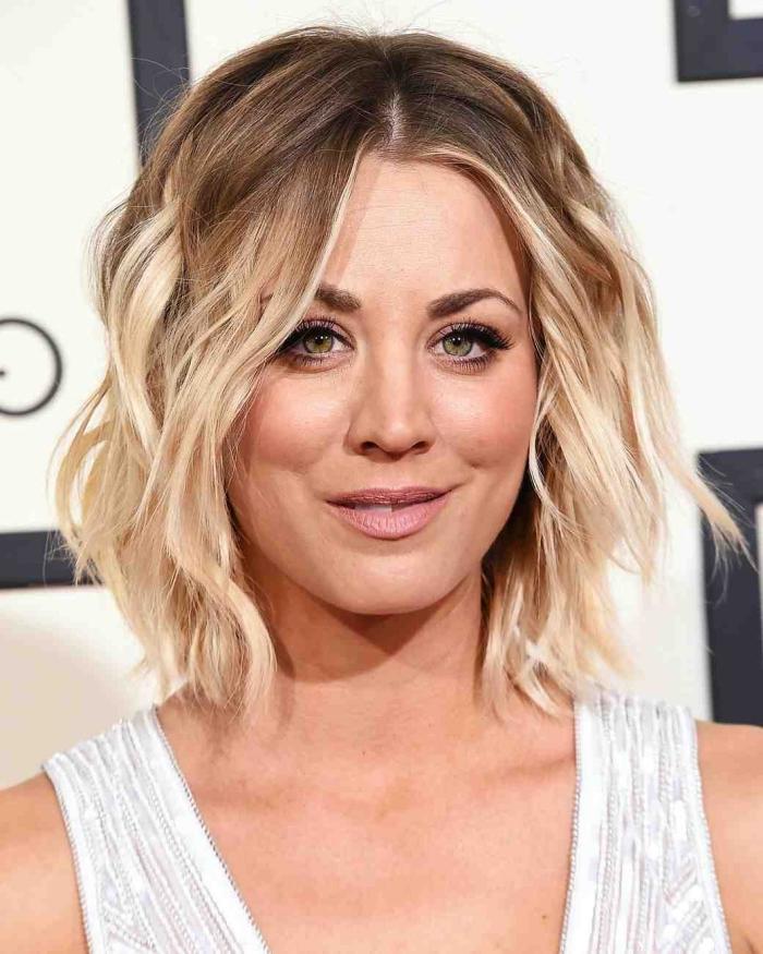 perfekte augenbrauen schminken, schulterlange blonde haare, frisur mit locken, ombre