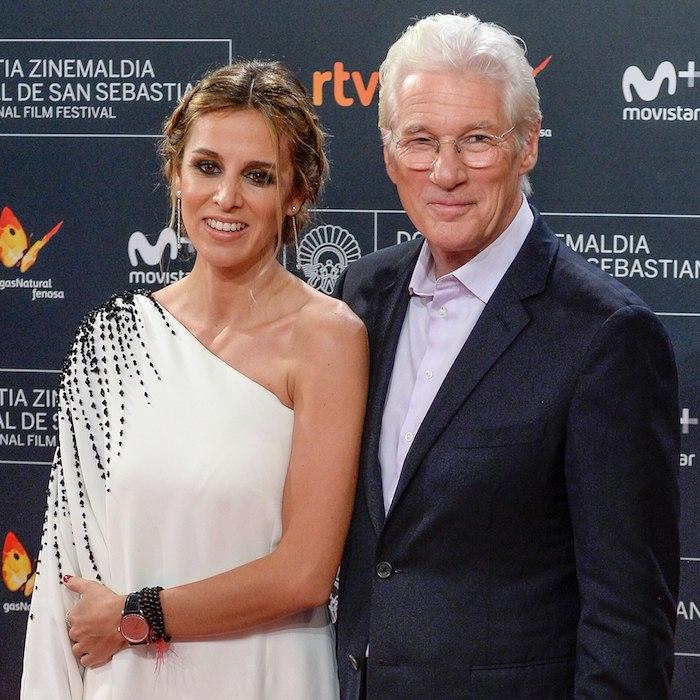 Alejandra Silva in weißem Kleid mit schwarzen Pailletten, Richard Gere mit klassischem Anzug