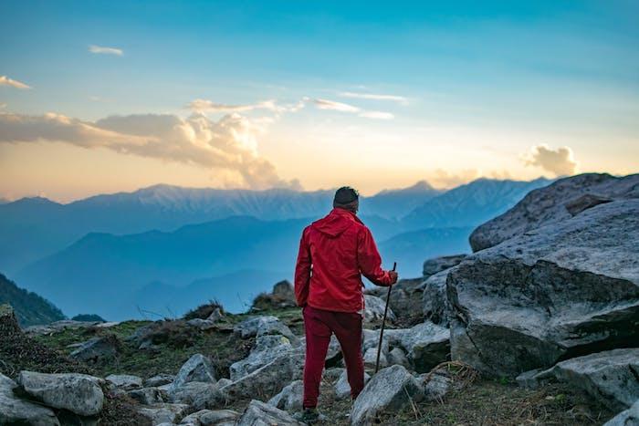 Windjacke für Bergtouren, rote Übergangsjacke für Outdoor-Fans