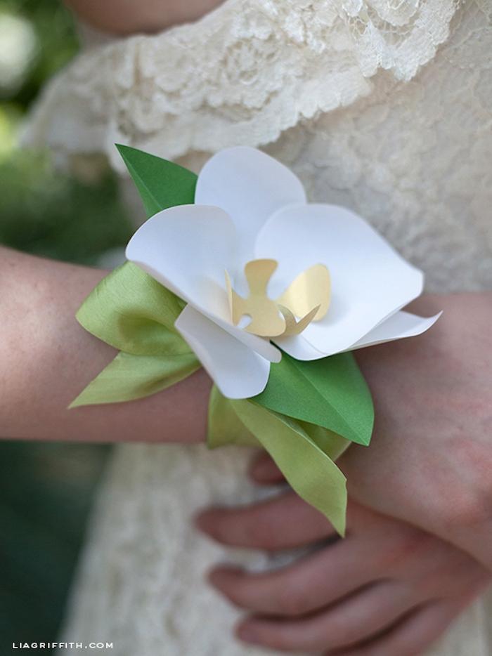 Armband mit weißer Blume aus Papier, schönes Accessoire für Braut oder Brautjungfer