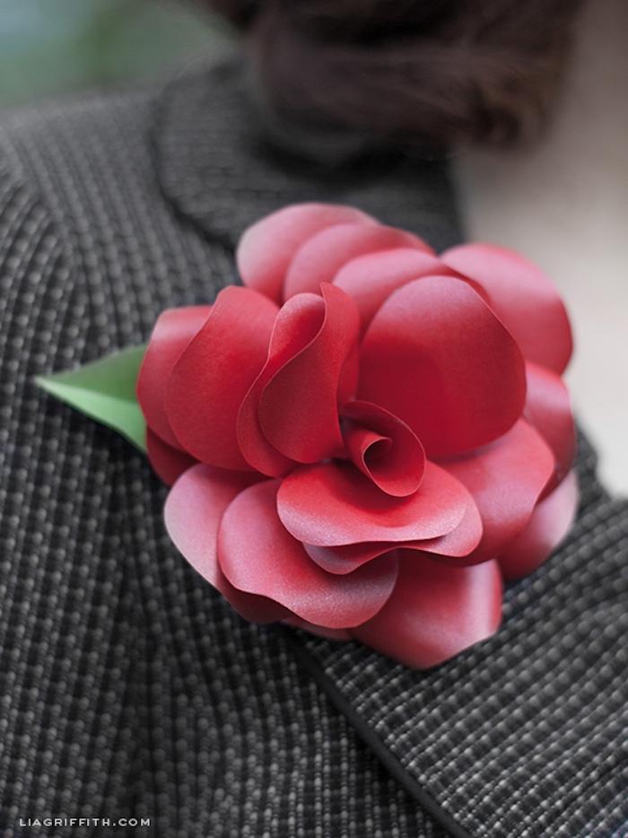 Schöne Brosche mit Papierblume selber machen, rote Kamelie aus Papier, DIY Damenaccessoire