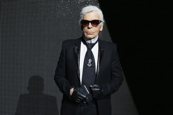 karl lagerfeld, ein alter mann mit schwarzem anzug und einer langen schwarzen krawatte und weißem hemd